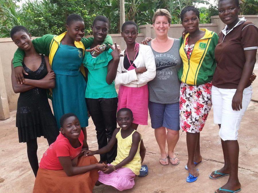 Anja van der Valk met haar meiden, oprichtster van Over grenzen voor Ghana