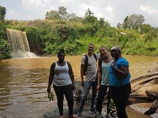 Deelnemers aan de Ashanti tour samen met onze vrouwelijke tourguides