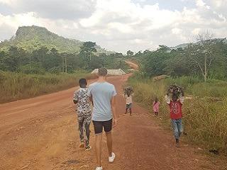 Wandeling naar de bergen tijdens Nick's reis door Ghana