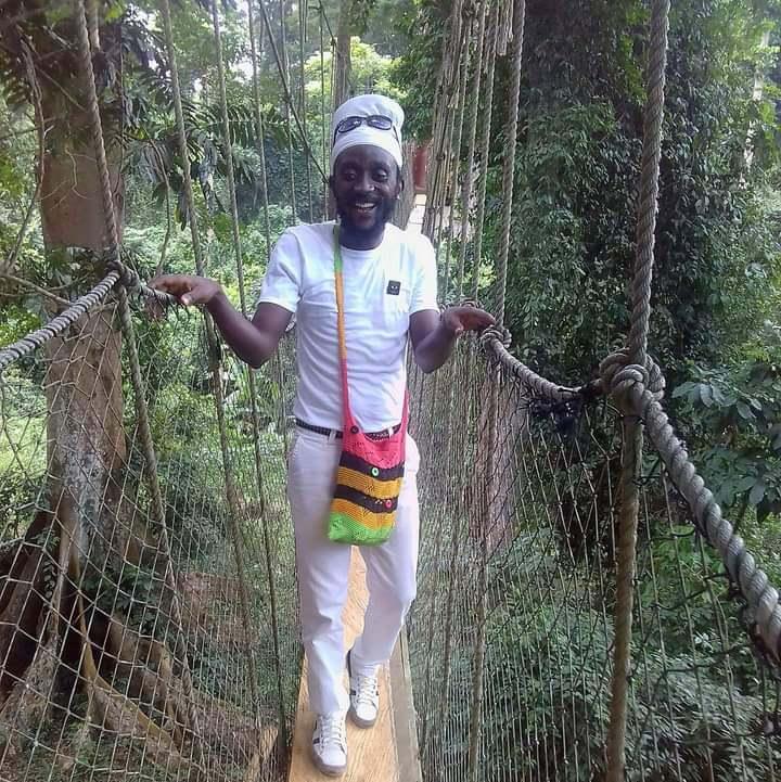Ras Asante bij Bunso arboretum