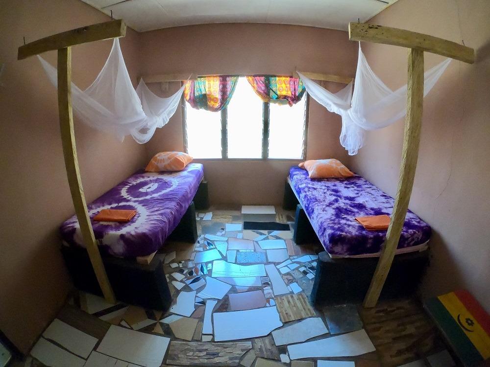 onze twinkamer 2 bedden met klamboe