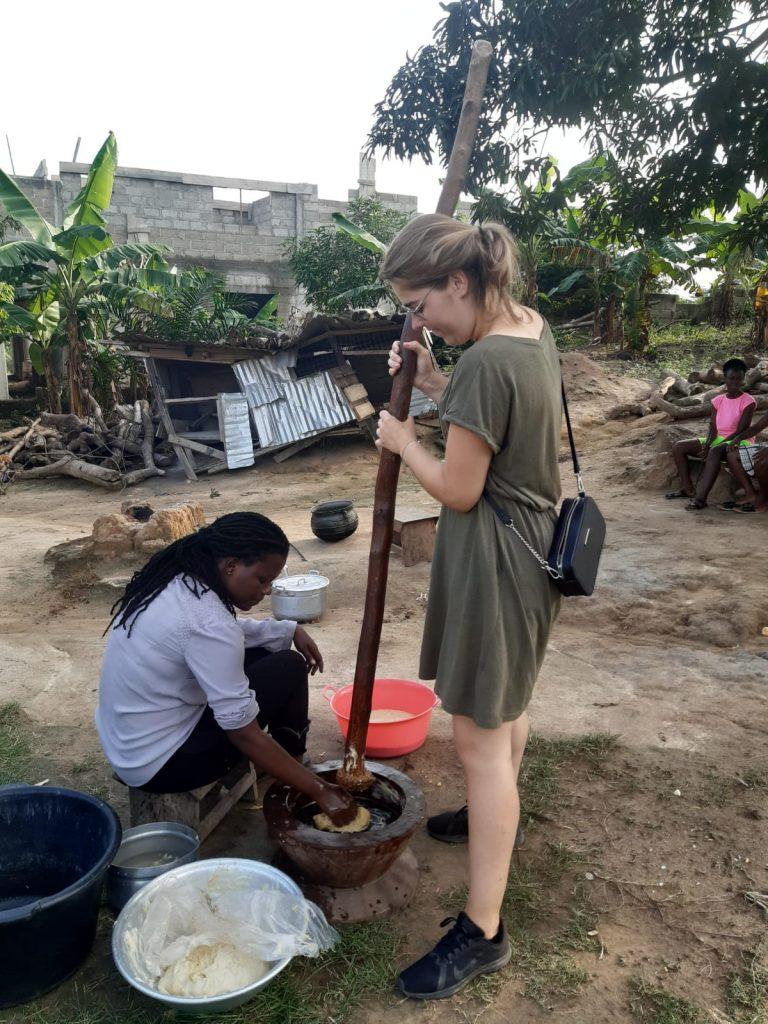fufu pounden als vrijwilliger in Ghana