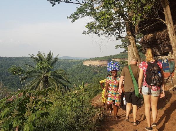vrijwilligers beklimmen de heilige berg