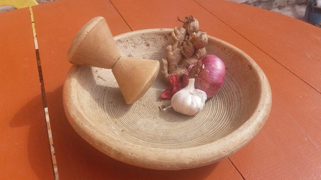 wat eten ze in Ghana, de vijzel met specerijen
