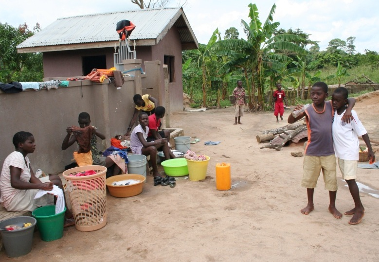 Ghaneze kinderen aan het wassen, foto is genomen door een vrijwilliger