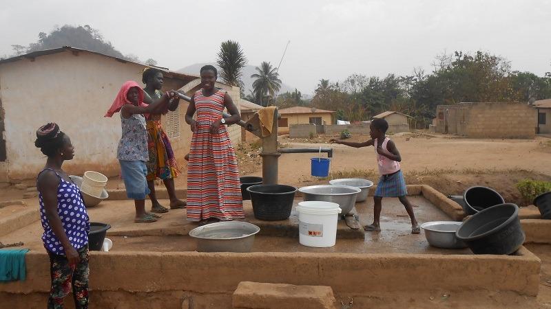 Ghanezen aan het water halen bij de waterpomp
