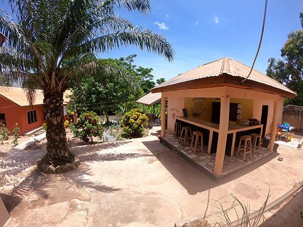 de tuin en de bar van Moon&Star guesthouse