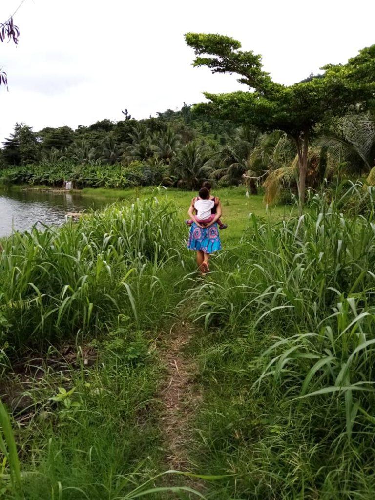 wandeling bij lake Bosumtwi, kratermeer in de Ashanti regio