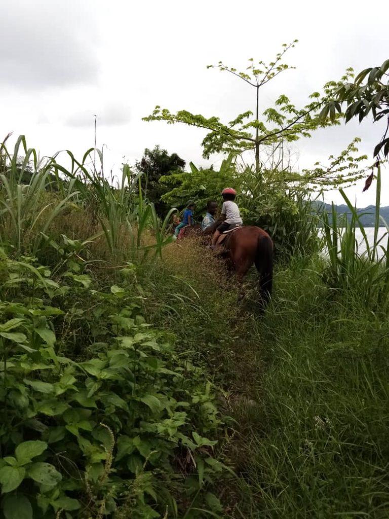 paardrijden bij lake Bosumtwi in de Ashanti regio
