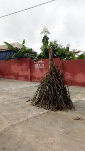 Kampvuur bij ons hotel in Ghana