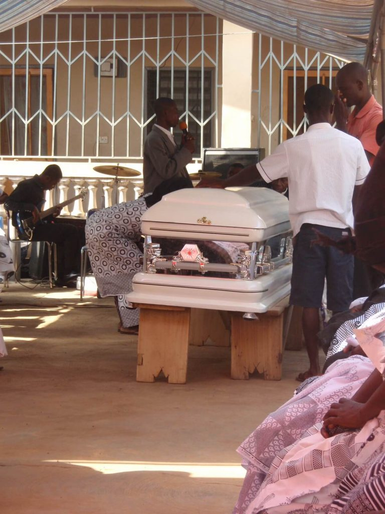 traditionele grafkist tijdens een begrafenis in Ghana