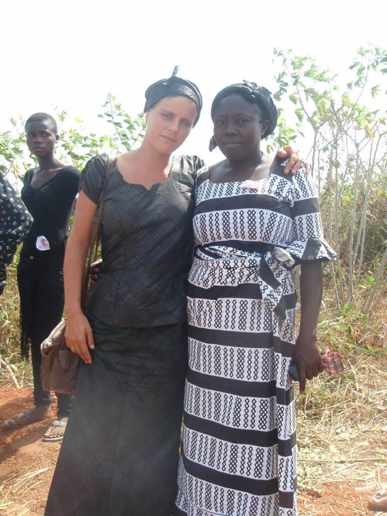 deze foto is gemaakt tijdens een begrafenis in Ghana, Pat en haar vriendin rouwen bij het graf