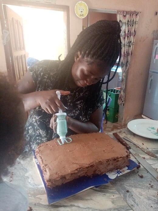 Lydia is een cake aan het decoreren