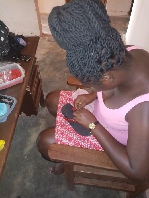 Lydia maakt slippers voor Banko women center