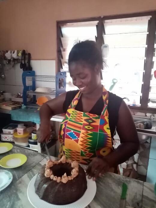 Lydia met een cake zoals we die verkopen voor Banko women center